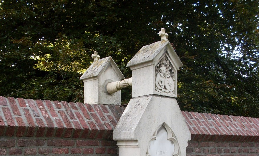 Мужа и жену похоронили на разных кладбищах, но с одним памятником на двоих