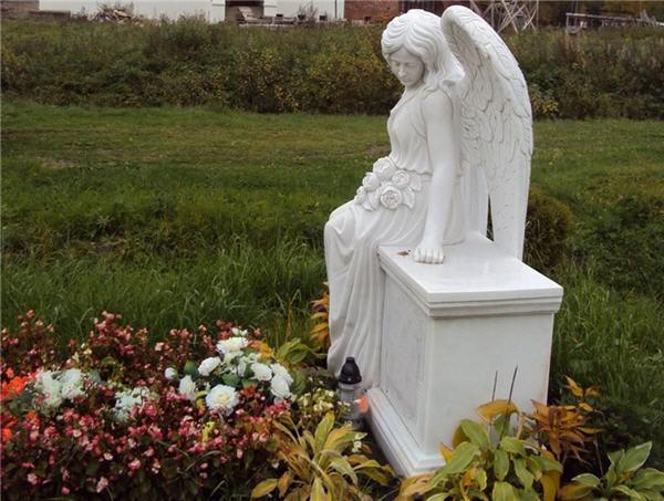 Надгробия из белого мрамора