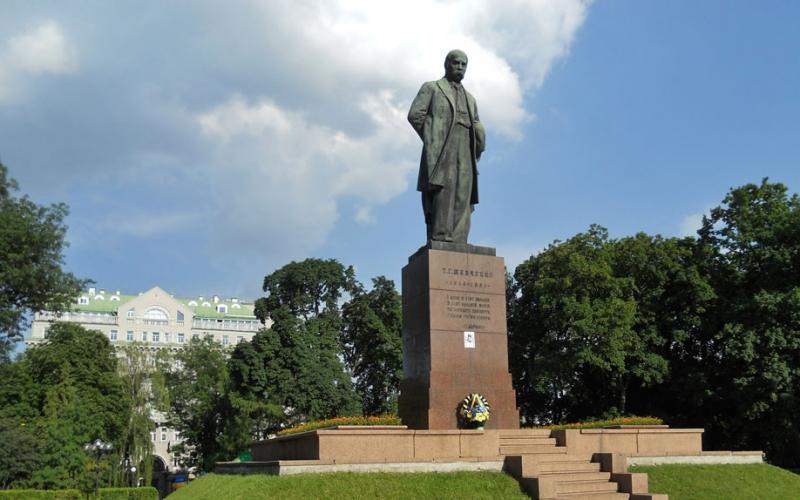Кому в мире установлено больше всего памятников