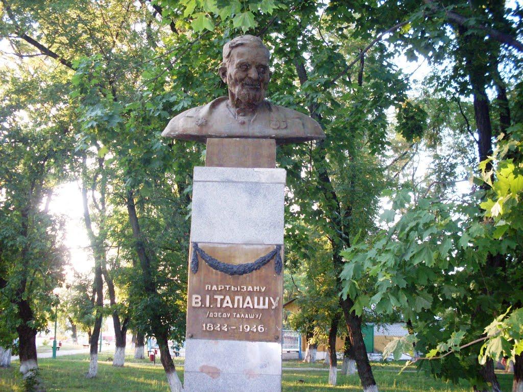 Памятники в Петрикове: Герой Коласовской «Трясины», Дед Талаш