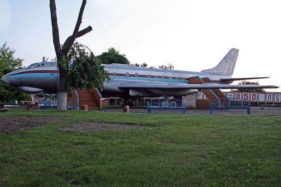 Памятники в Чечерске: самолет, приземленный на вечную стоянку