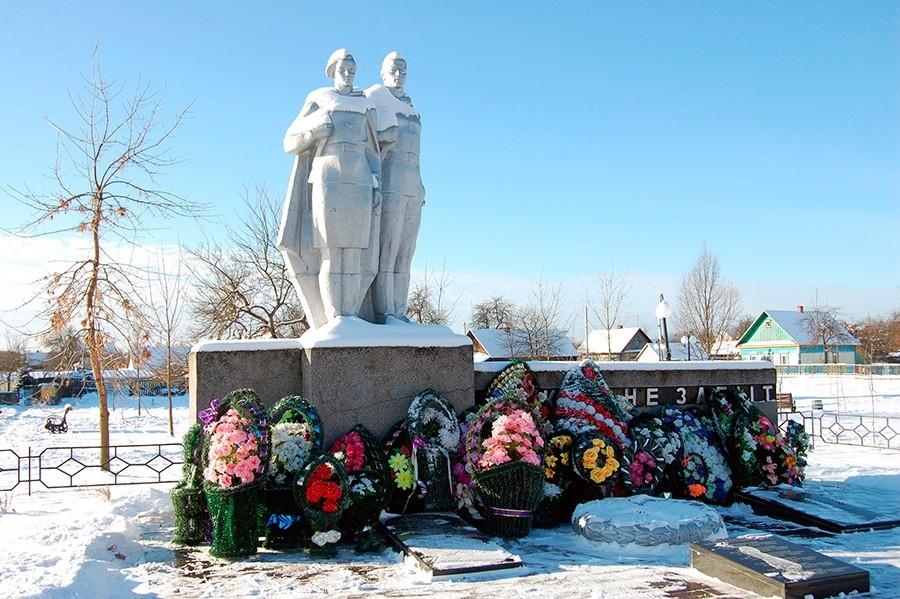 Памятники в Лельчицах: монумент погибшим летчикам