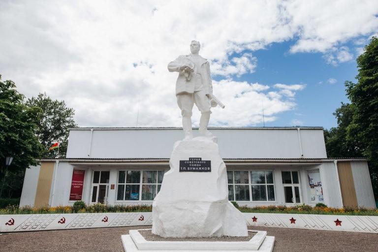 Памятники в Октябрьском: герой партизанского края