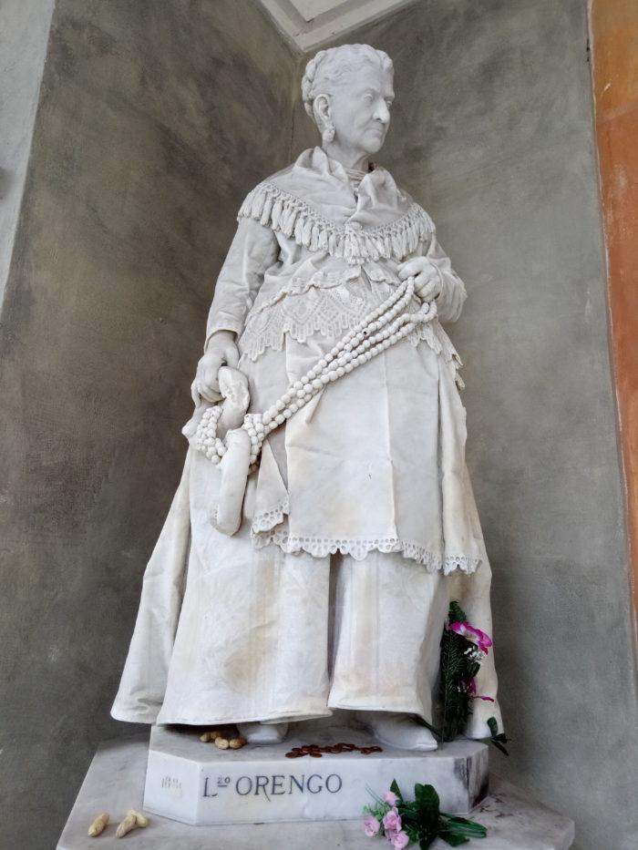Скульптура торговки каштанами: женщина решившая заказать памятник самой себе
