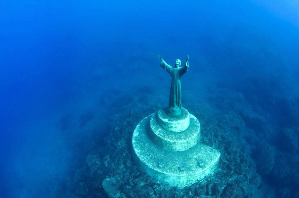 Памятник аквалангисту установили в море на глубине 17 метров