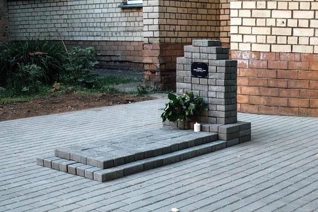 Минчане установили в своем дворе необычный памятник