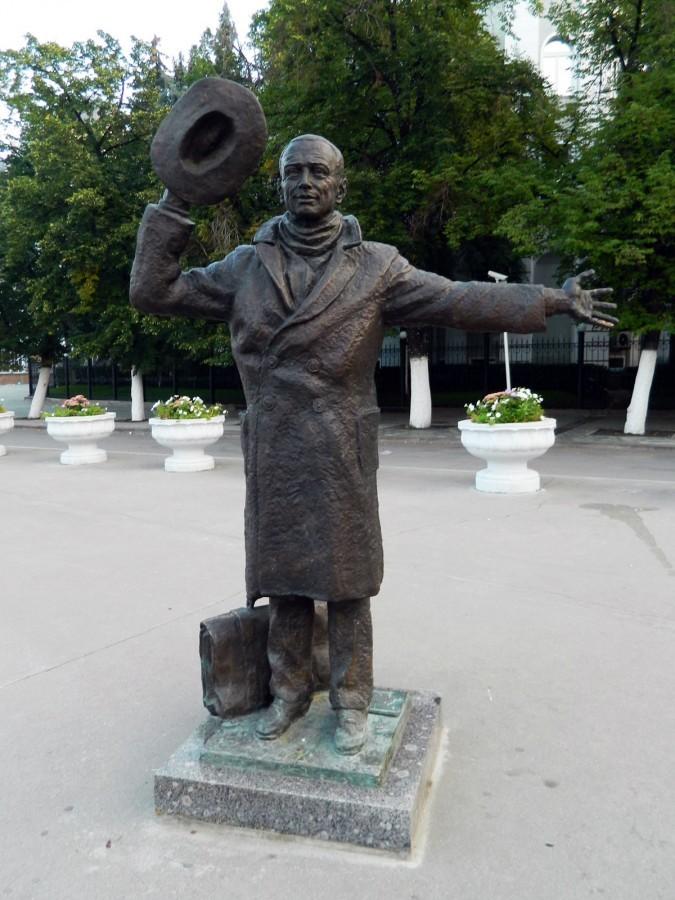 Памятники знаменитым киногероям (часть 3)