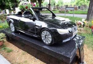 На Лондонском кладбище установили памятник в виде автомобиля BMW