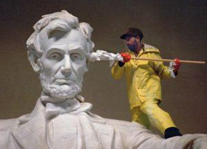 Уход за памятниками: как чистят самые большие мемориалы в мире