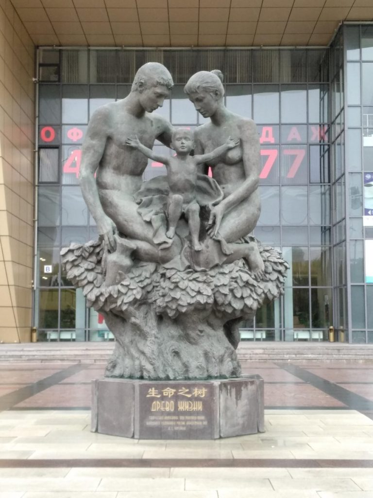 Памятники, воспевающие семейные ценности