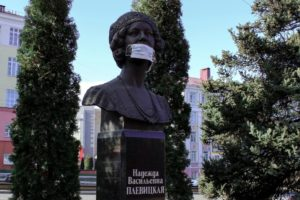 На памятники надели медицинские маски