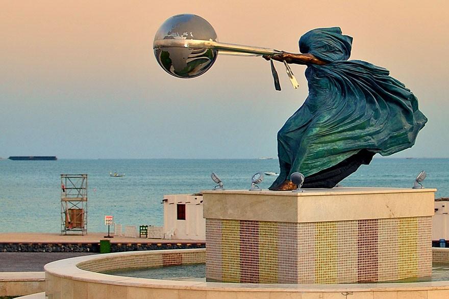 Кажется, что эти памятники нарушают законы гравитации
